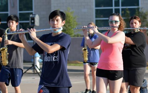 Seniors Thom Pham and Kami Worthham practice with the marching band before school.